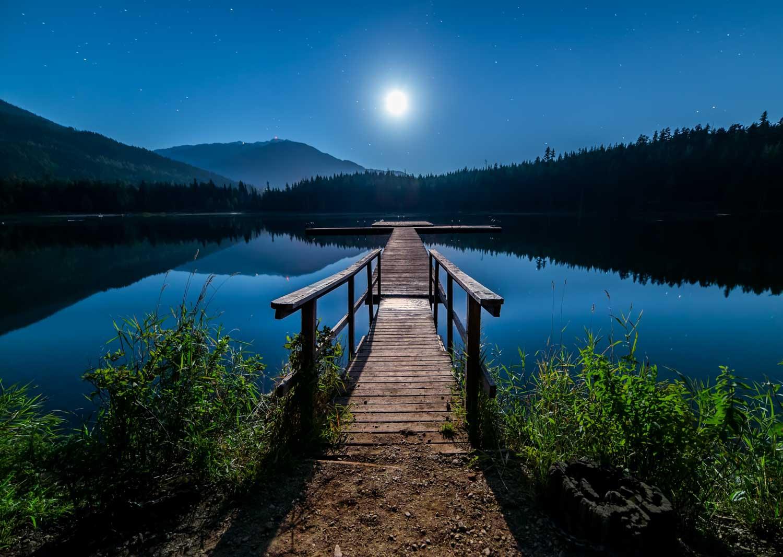 Goed belicht landschap, overbelichte maan