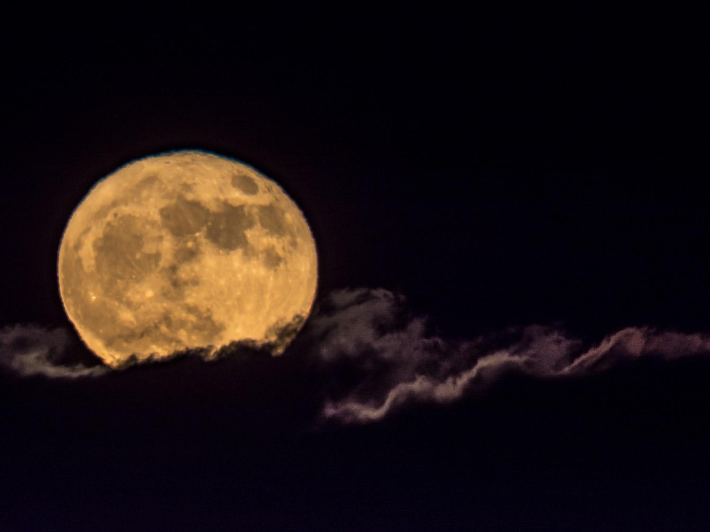 Maan achter de wolken