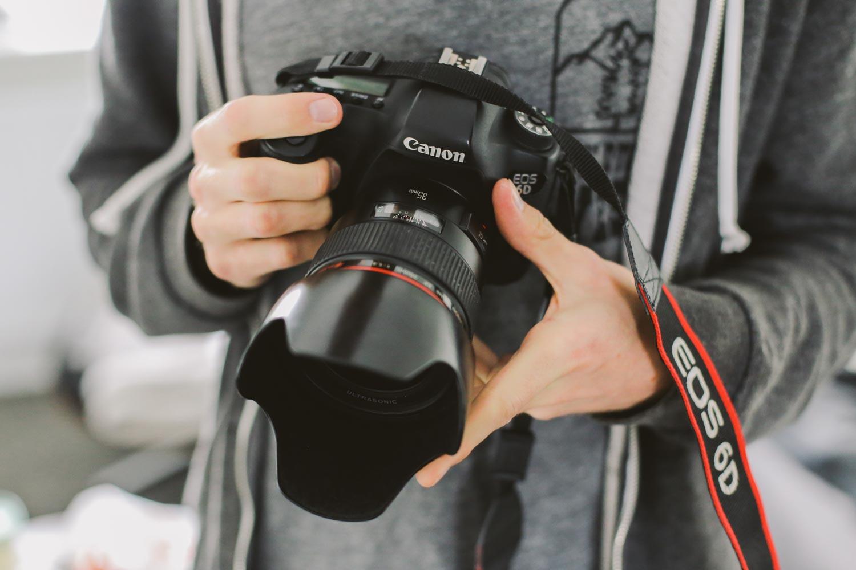 Houding fotograferen, camera vasthouden
