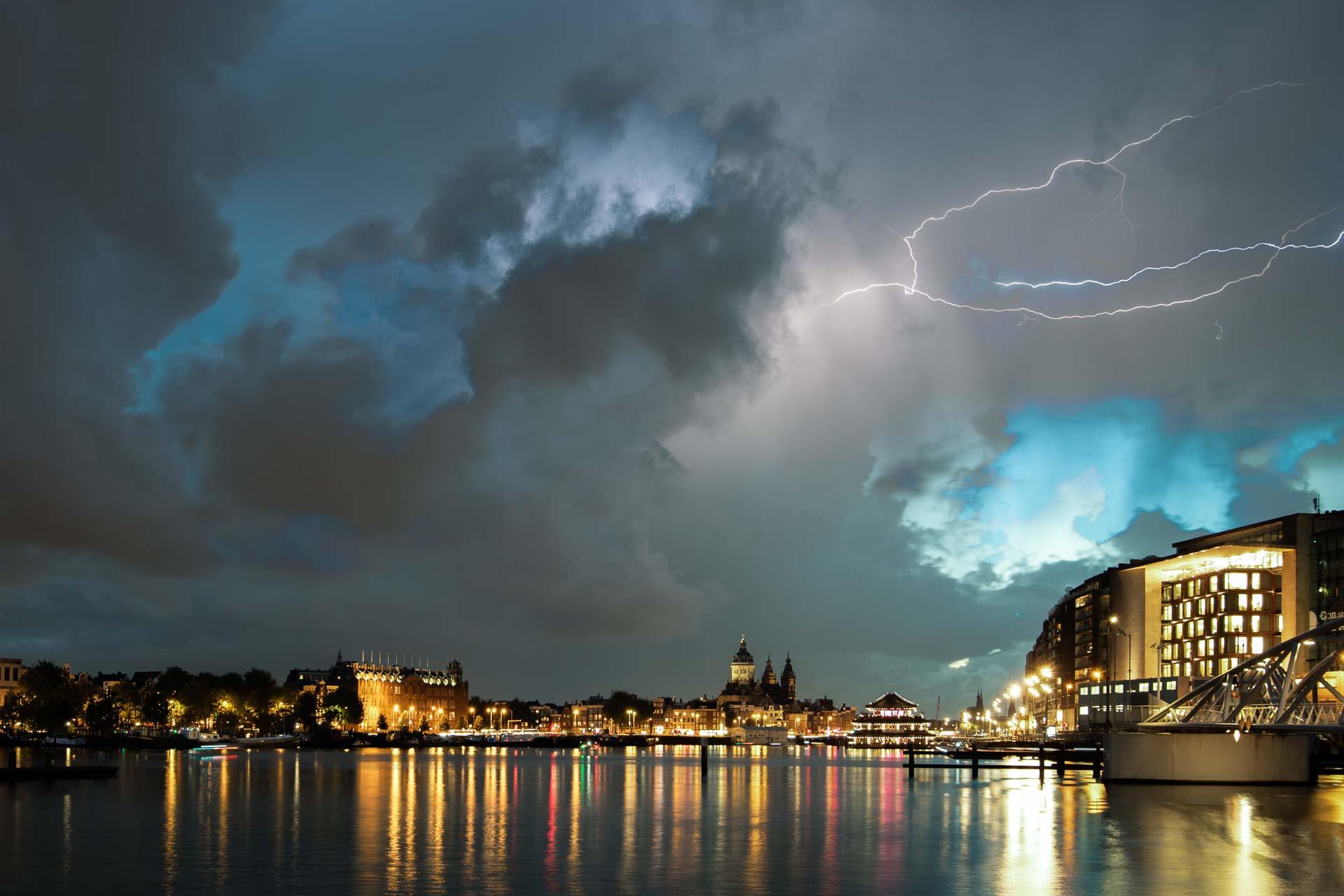 Nachtfotografie Amsterdam bliksem onweer centrum
